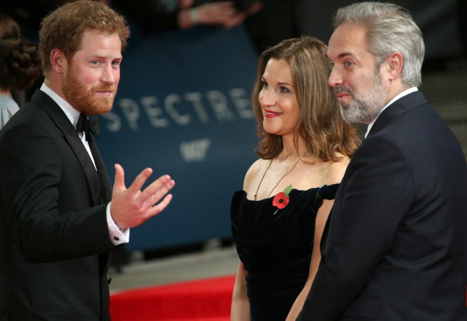 El príncipe Harry, el director Sam Mendes y la co productora Barbara Broccoli. Foto: