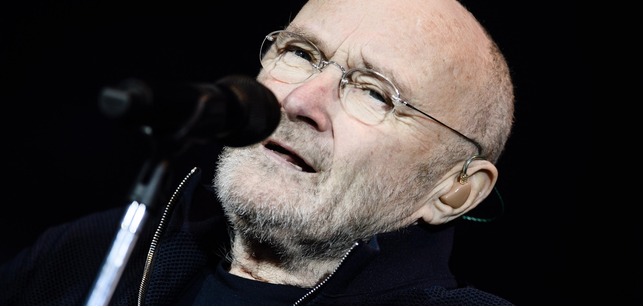 phil collins enfermo, phil collins silla de ruedas, phil collins baston, phil collins
