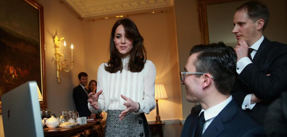 "Kate Middleton en la redacción improvisada de ""The Huffington Post"" en el palacio de Kensington. Foto: AP"
