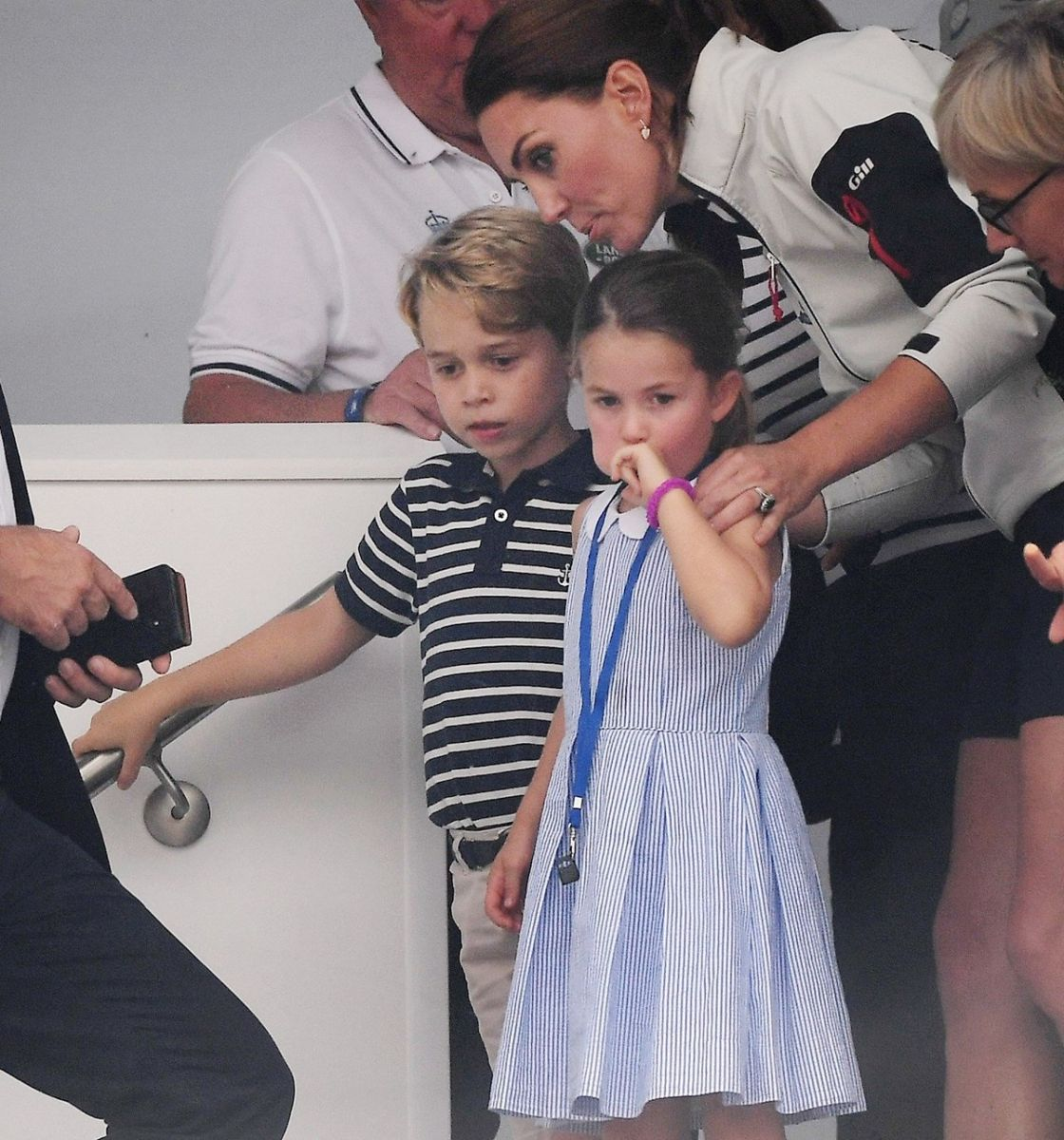 Princesa charlotte, princesa charlotte enseña la lengua, kate middleton, princess charlote, principe george, principe william, duques de cambridge, duquesa de cambridge, regata copa del rey, evento copa del rey inglaterra